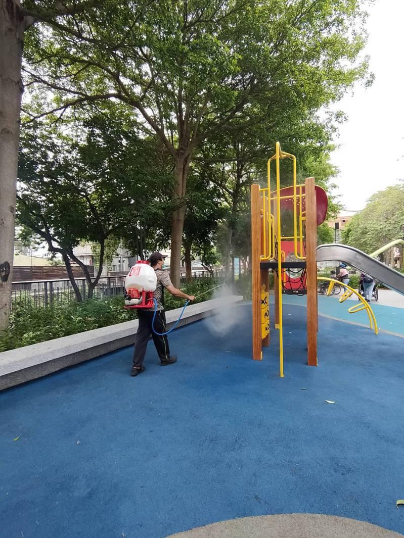 竹東鎮公所清潔隊上午在中興河道及戲曲公園一帶進行消毒作業,預計今天會完成竹東鎮內15處公園消毒。記者巫鴻瑋/翻攝
