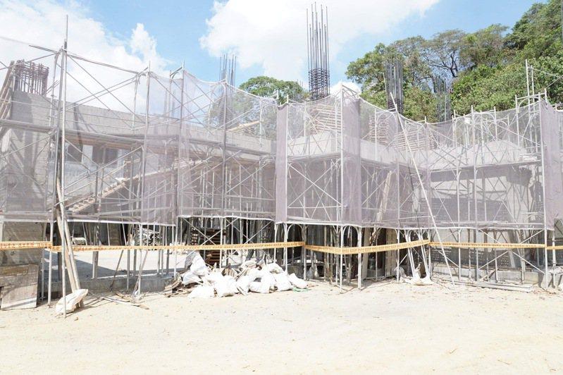 嘉義縣動保教育園區基地面積2998平方公尺,工程進度達75%,預計今年9月完工。記者莊祖銘/攝影
