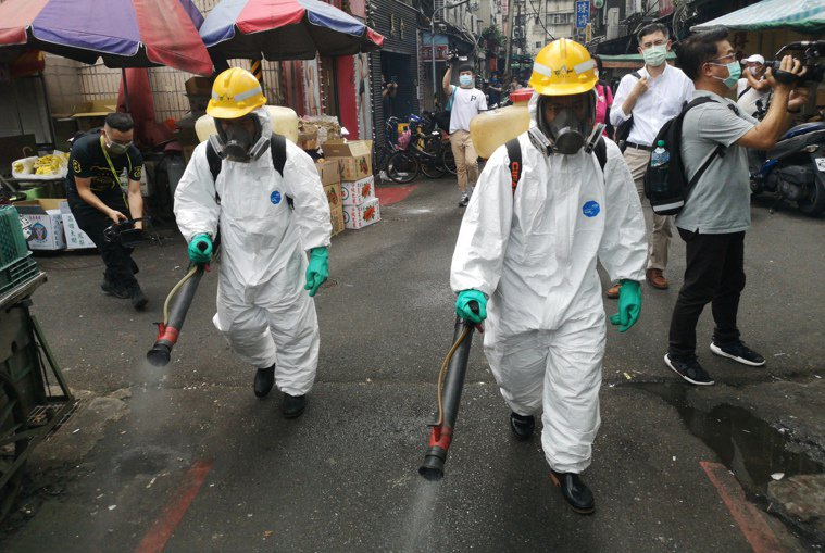 北部地區多處傳出疫情,各地均展開消毒作業。記者邱德祥/攝影
