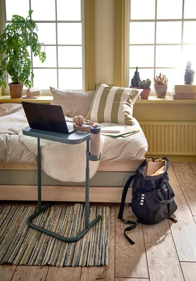 土耳其藍BJÖRKÅSEN筆記型電腦桌,當工作桌或下午茶桌都合適。圖/IKEA提...