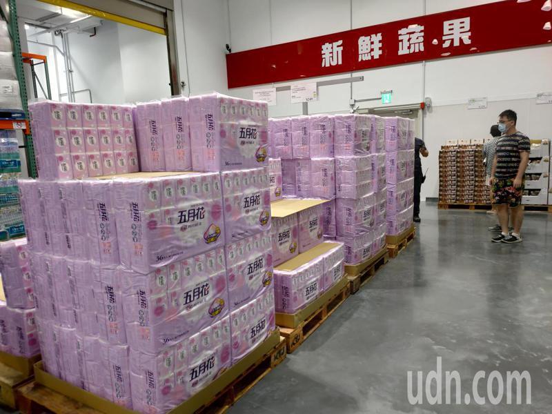 台中市北屯美式賣場好市多的衛生紙區無人搶。記者黃寅/攝影