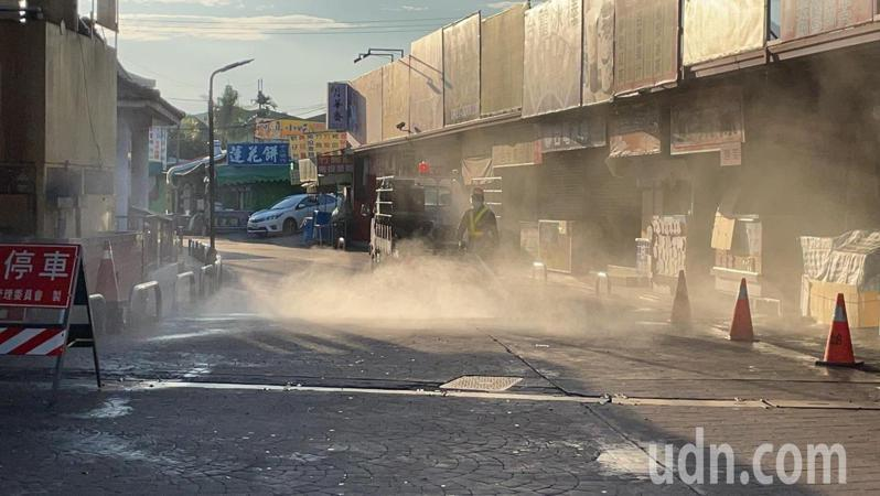未經證實的網傳足跡圖,但竹山鎮公所不敢大意,基於加強防疫,今天清晨就開始進行宮廟公領域的大消毒。記者黑中亮/攝影