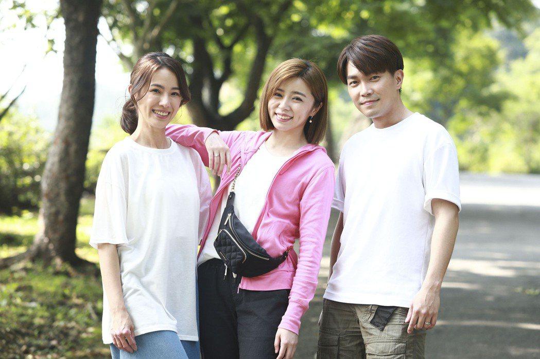 黃瑄(左起)、王瞳、許仁杰為「多情城市」拍攝登山戲。圖/民視提供
