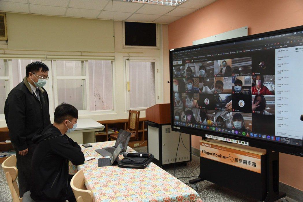 南投縣教育處積極推廣線上教學,老師透過視訊會議軟體,可同步授課並觀察學生的學習狀...