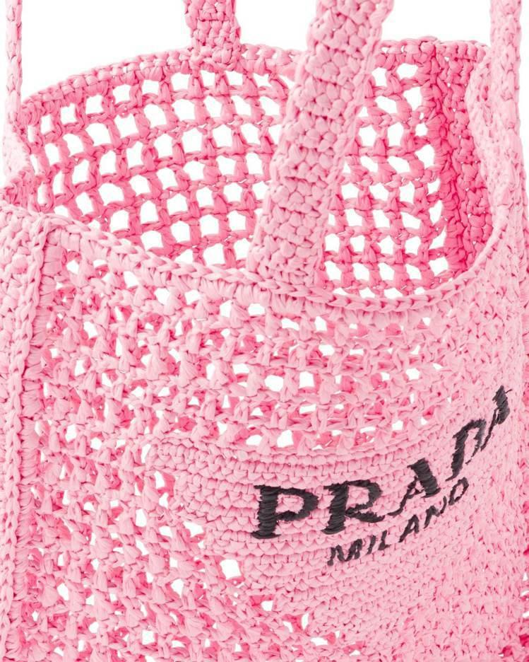 包身是以拉菲草所打造的,長方外型結合鏤空的網狀細節,充滿夏季氛圍的編織提袋概念光...