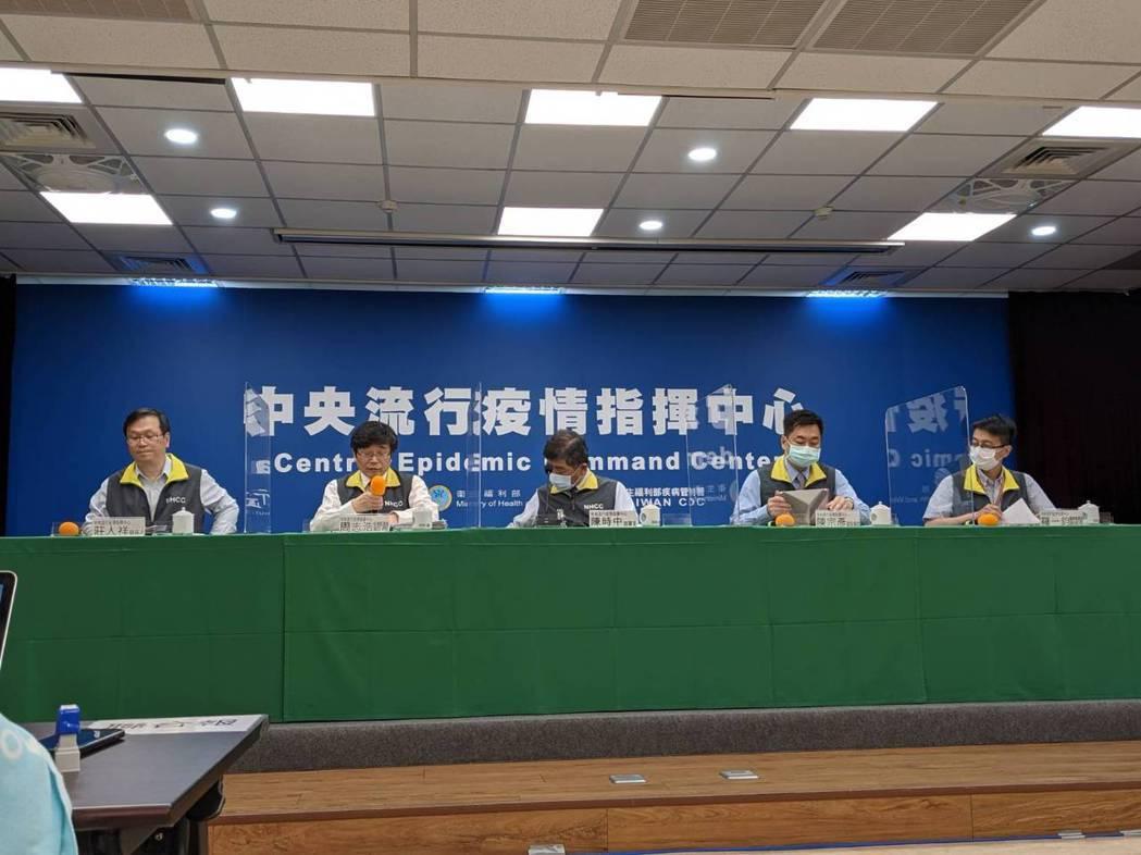 左起為中央流行疫情指揮中心發言人莊人祥、疫情監測組組長周志浩、指揮官陳時中、副指...
