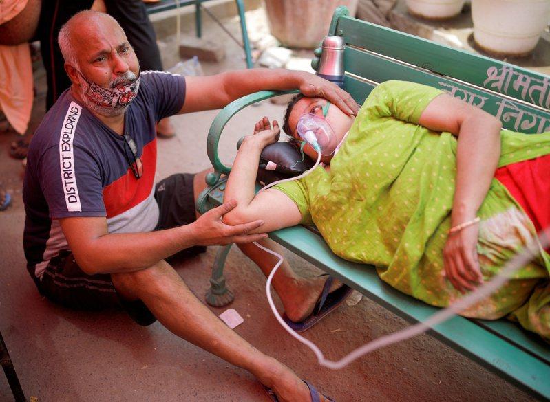印度疫情吃緊,氧氣需求激增,製氧機難尋且價格飆高。路透