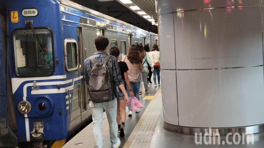 台鐵出軌大誤點,賴品妤:很多人月台乾等、錯過告別式。記者游明煌/攝影