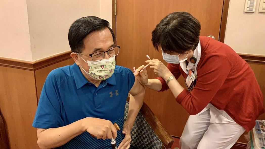 前總統陳水扁(左)今天到高雄長庚醫院接受疫苗注射。圖/高雄長庚醫院提供