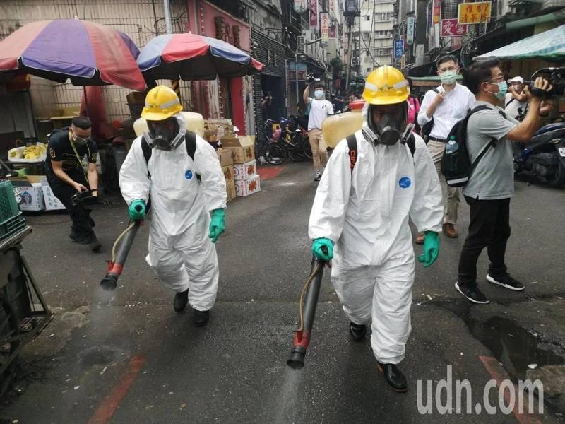 台北市萬華龍山寺周邊昨天下午進行大消毒。圖/報系資料照