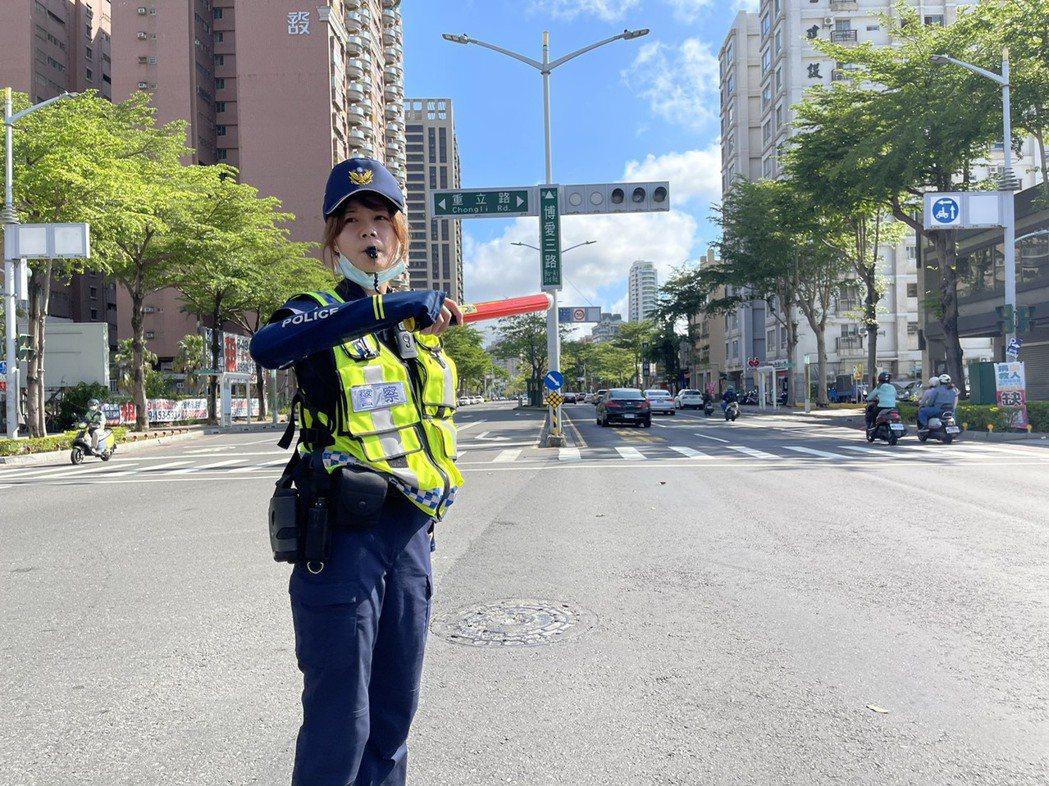 停電造成高雄約200處路口號誌停擺,警察持續在路口維持交通秩序。記者劉學聖/攝影