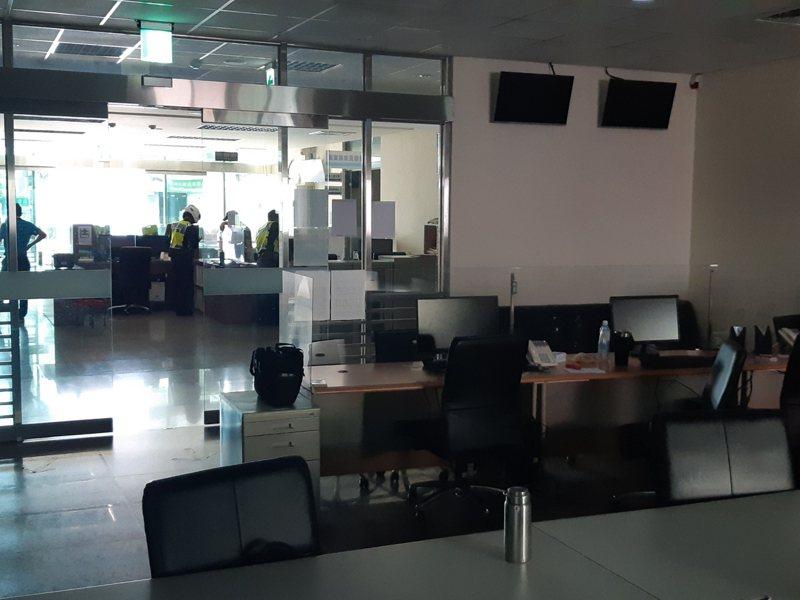 台中市警局大雅警分局大雅所因興達廠事故,派出所內停電,警員摸黑上班。圖/讀者提供