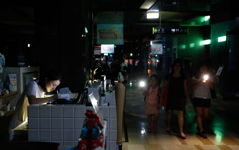 2017年815大停電,商場員工在漆黑中工作。 聯合報系資料照