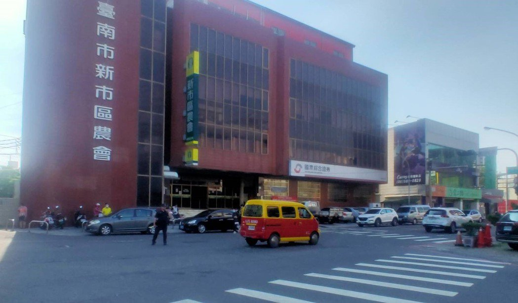 台南新市下午大停電,警方在重要路口疏導及指揮交通。圖/讀者提供