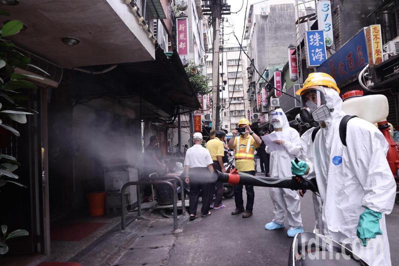 台北市環保局清潔人員針對萬華區「清茶店」展開入內「清消」作業。記者黃義書/攝影