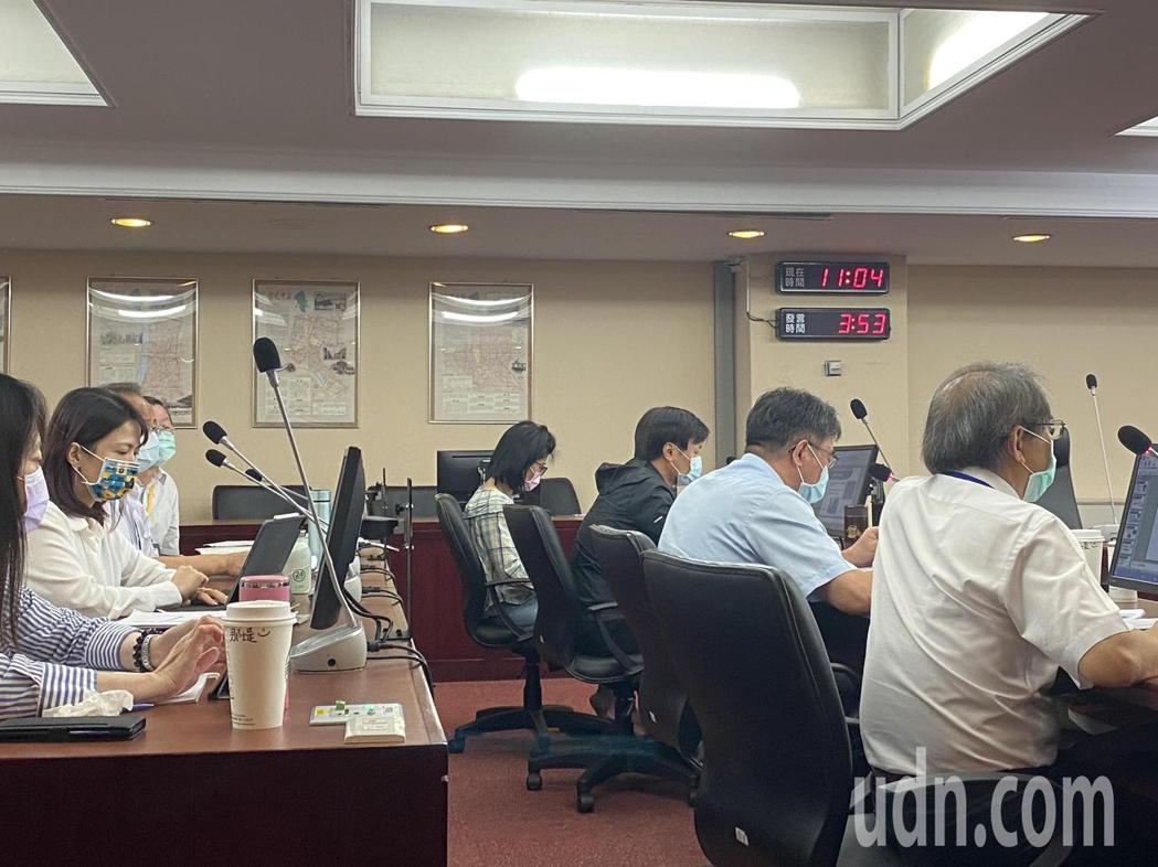 台北市長柯文哲昨宣布北市防疫升級為「準第三階段」,並研議提升北市大量快篩機制,北...