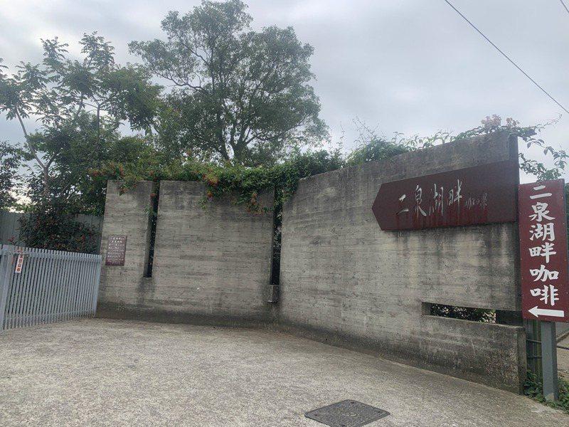 二泉湖畔咖啡下午已拉起鐵門暫停營業,內部可見人員走動進行消毒。記者巫鴻瑋/攝影
