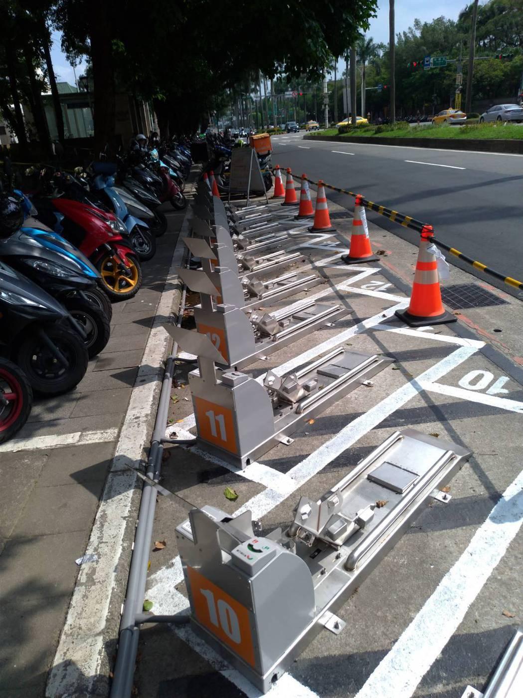 北市在中山南路東側設置18格智慧機車架鎖,提供民眾停放。圖/北市停管處提供