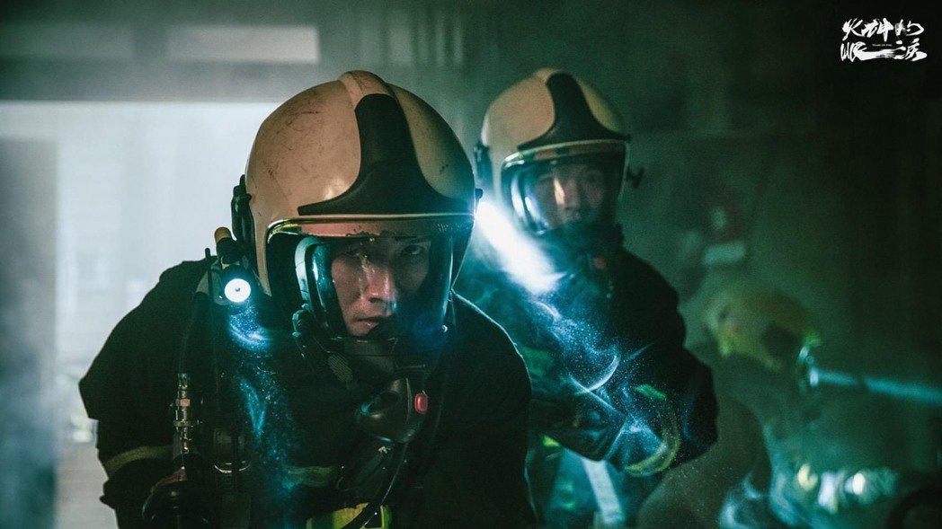 「火神的眼淚」中,為戲劇考量做取捨,真實的消防員則必須還要戴上鼻罩。圖/摘自臉書