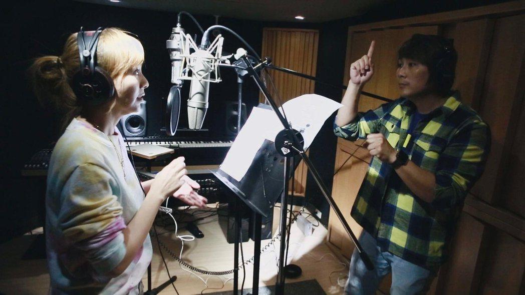 王仁甫(右)和季芹在錄音室錄單曲。圖/經紀人提供