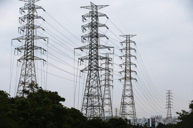 從2017年815大停電到今天的513大停電,凸顯台灣供電的軟肋,背後有系統性的問題要解決。圖為南科超高壓變壓所電塔。圖/聯合報系資料照片