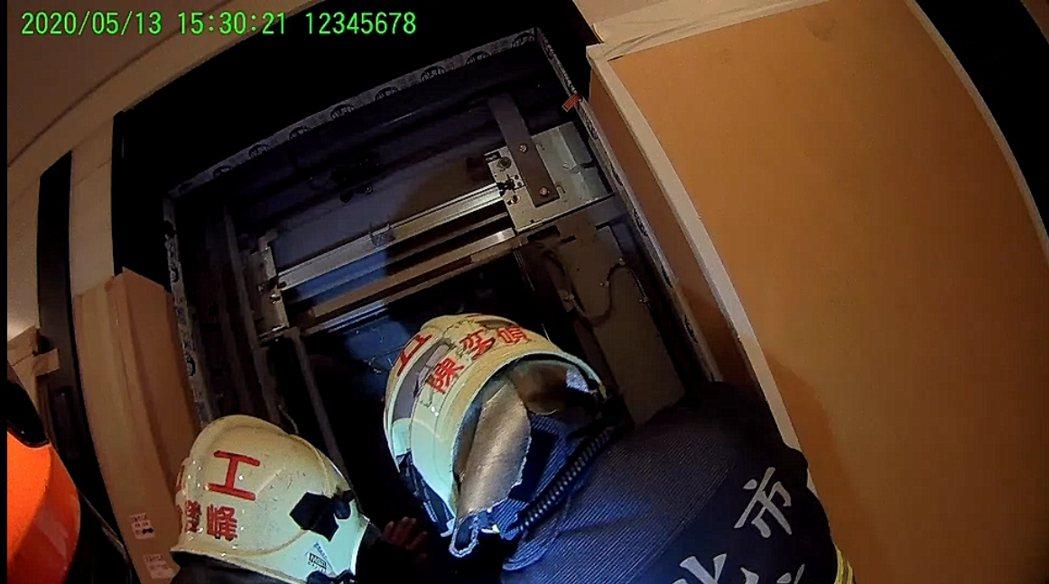 全台大停電,新北市新莊區福美街今天下午3時許發生電梯受困救援案,經消防人員到場搶...