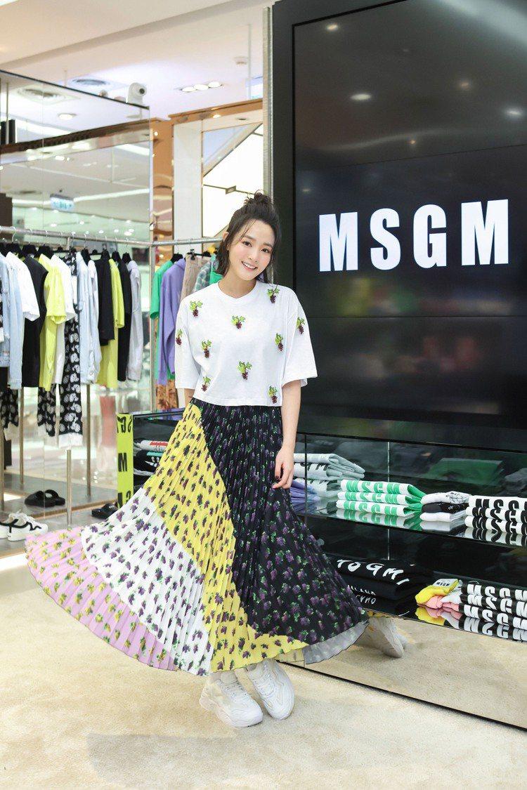 王淨穿MSGM春夏葡萄珠串裝飾T-Shirt。圖/MSGM提供