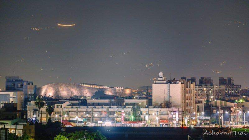 網友在臉書Po文,從嘉義朴子市遠眺梅山太平雲梯。圖/翻攝自「嘉義之美」社團