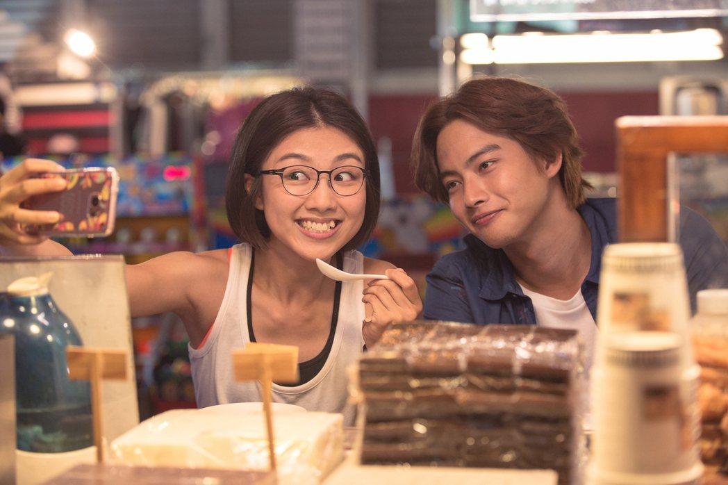 張庭瑚(右)當地頭蛇,帶顏卓靈(左)逛夜市排隊買雞排。圖/星泰娛樂提供