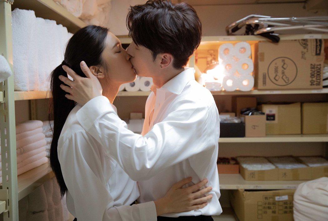 陳勢安(右)與劉奕兒上演激情吻戲。圖/索尼音樂提供