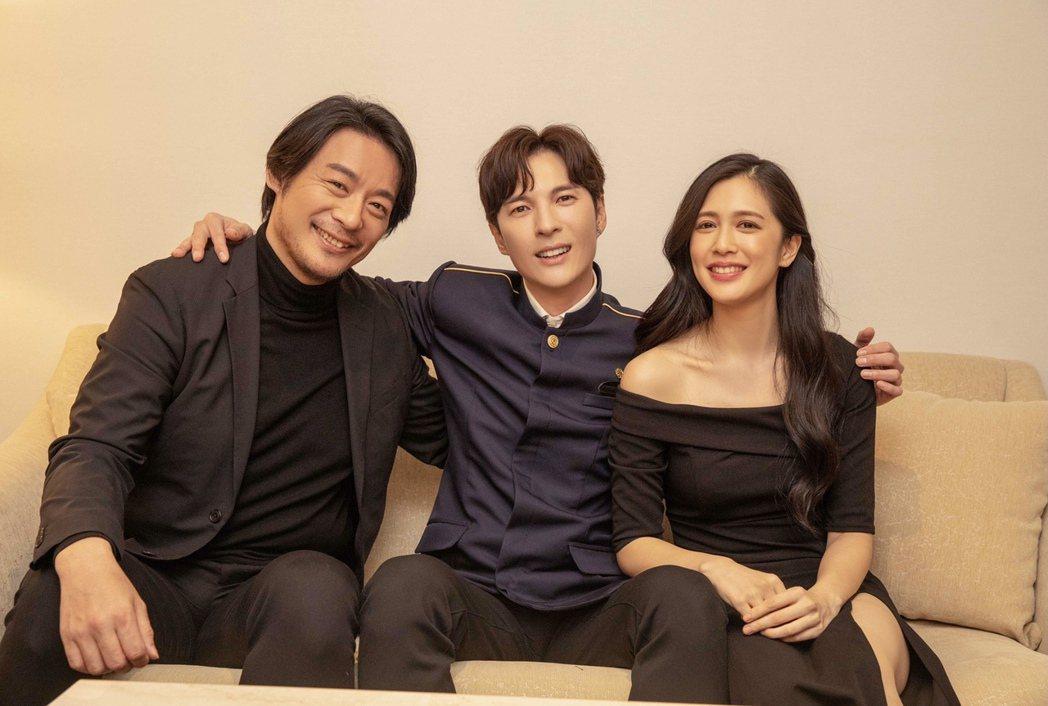 周明宇(左起)、陳勢安和劉奕兒在MV互尬演技。圖/索尼音樂提供