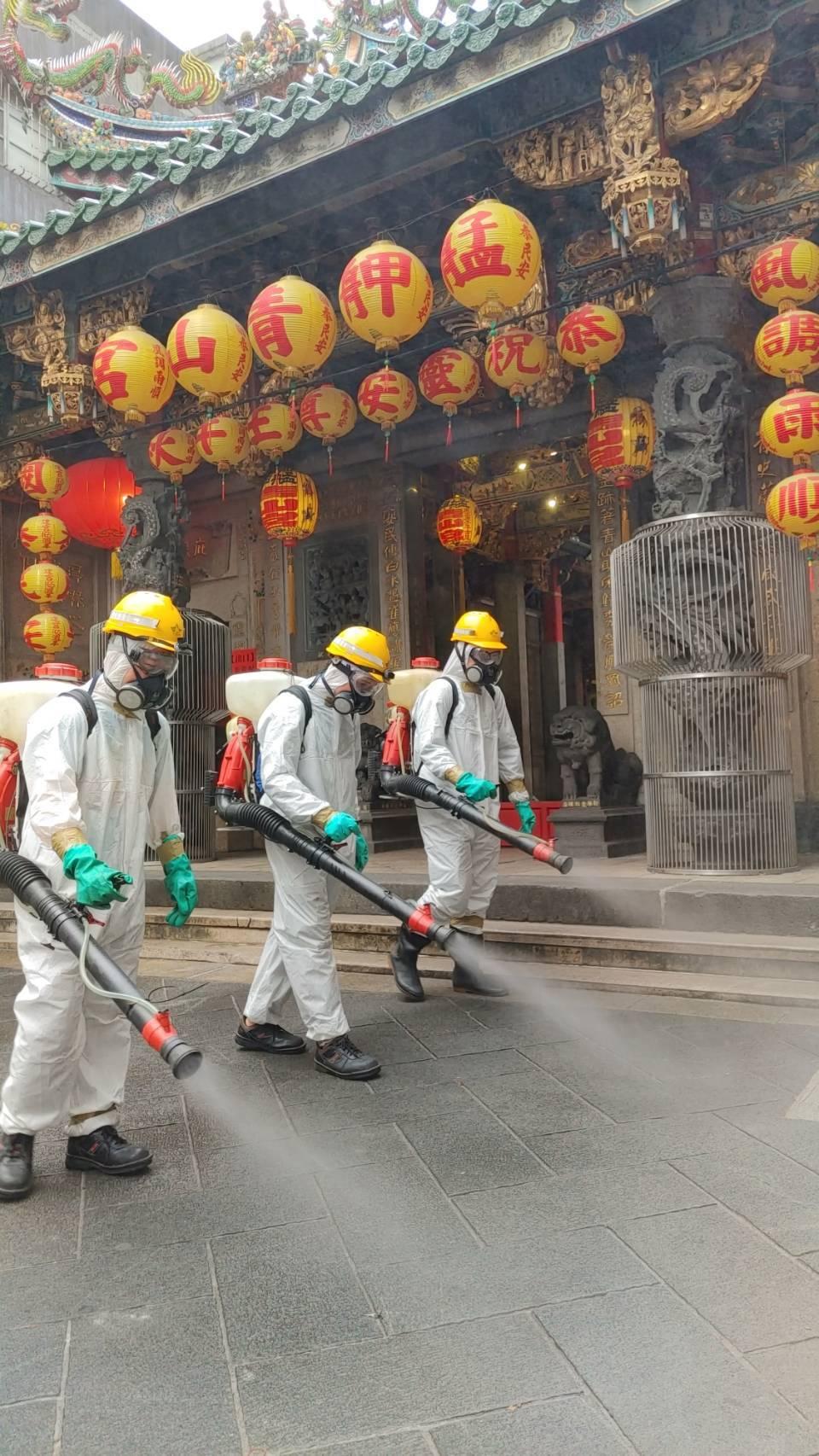 台北市環保局在萬華區消毒。圖/環保署提供