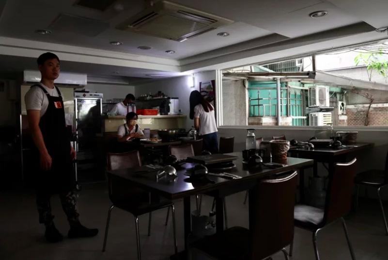 台北市政府表示,據北市消防局統計,截至晚間6點半,已造成190起電梯受困、救護送...