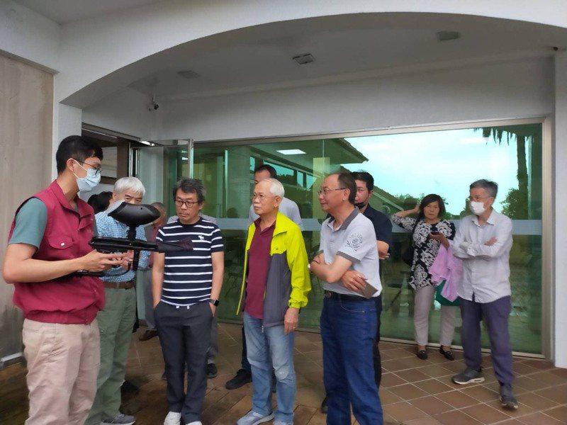 新北市郊山社區民眾受台灣獼猴侵擾,動保處以漆彈槍驅趕,並到社區示範操作漆彈槍。圖/新北市動保處提供