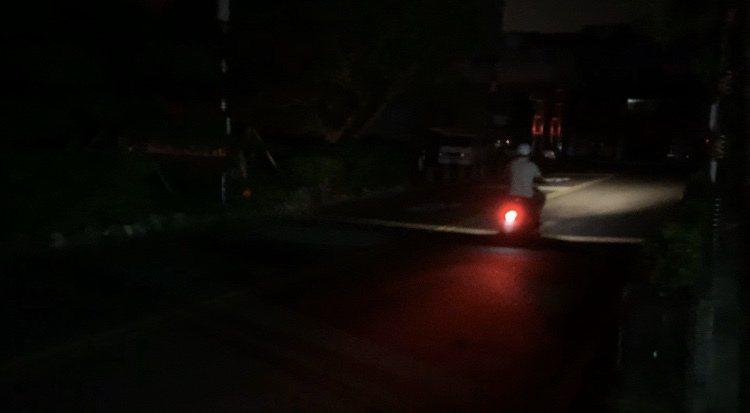 羅東鎮街頭一片黑,少了路燈照明,民眾騎車、開車都得放慢速度,就怕發生意外。記者林...