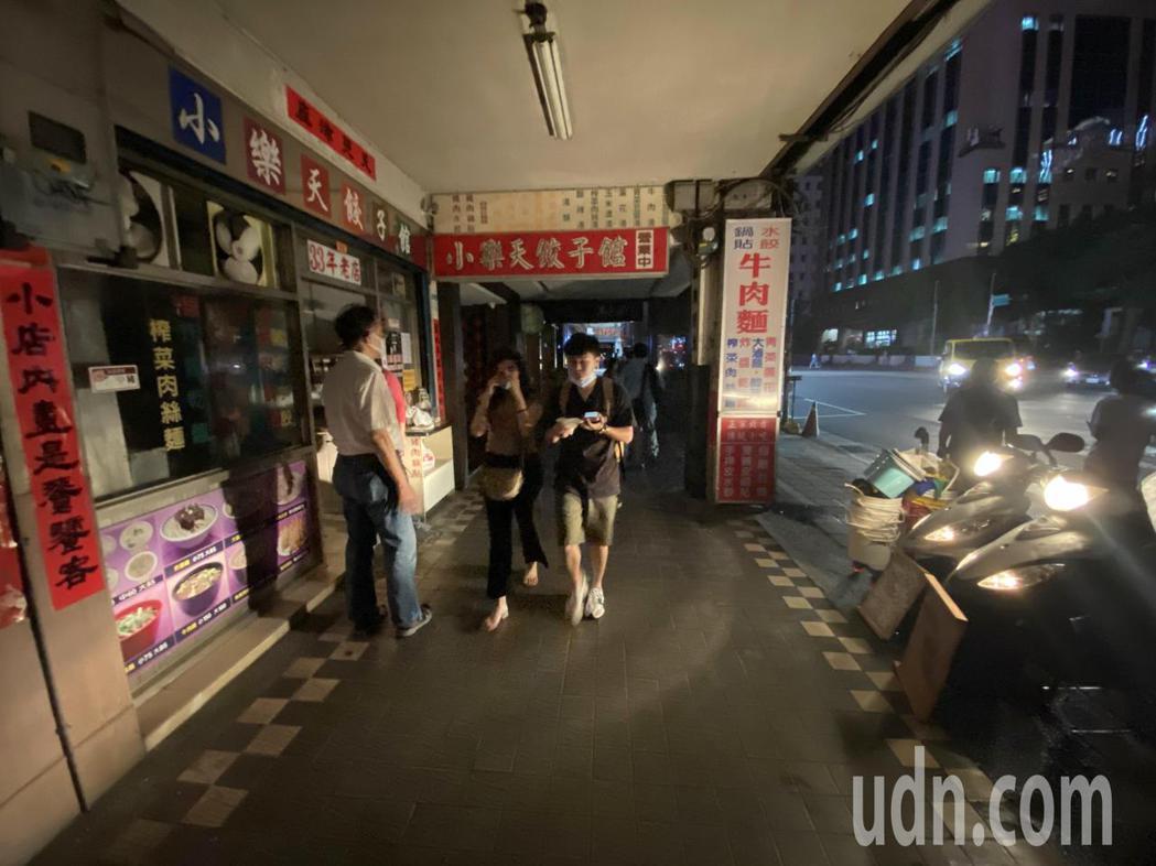 受到興達電廠故障,全台灣分區大停電,到晚上台北信義區仍部分停電,商家做生意只好用...