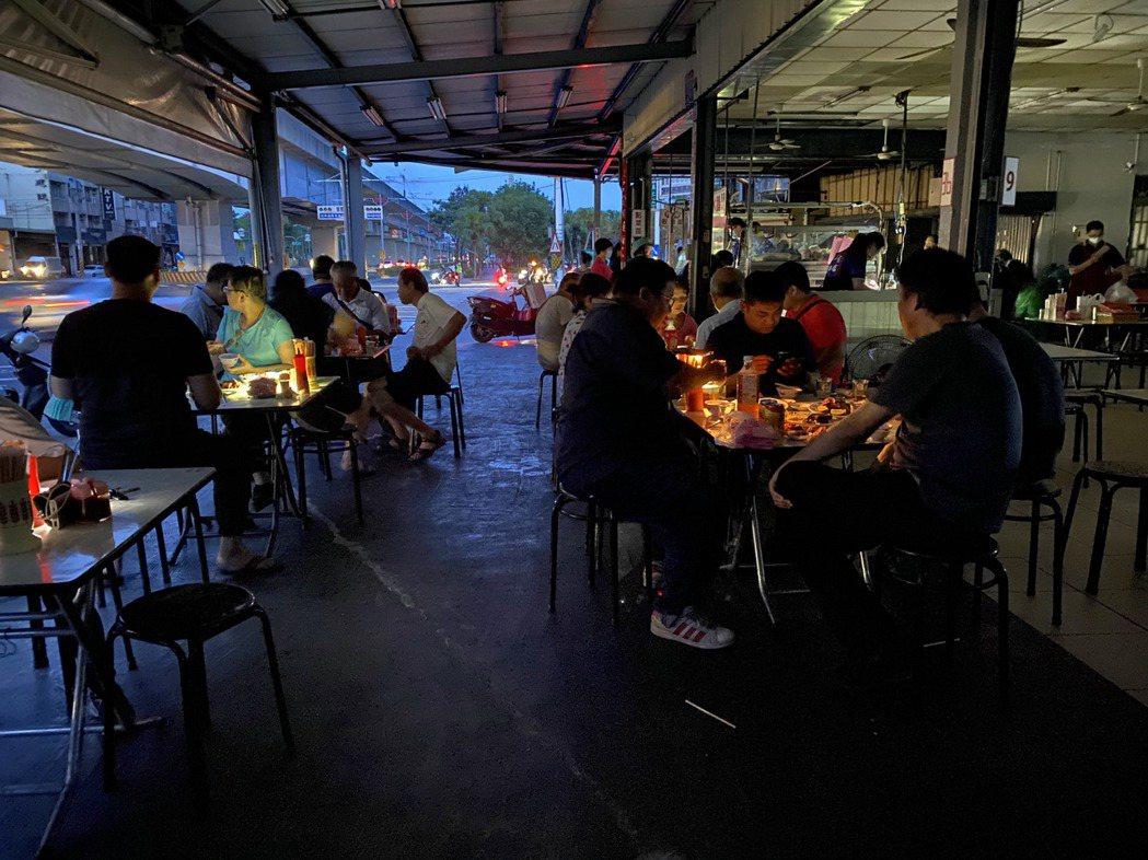 仁武區鳳仁路上一間小吃店,受停電影響,仍開手電筒繼續營業,店內顧客也自行開手電筒...