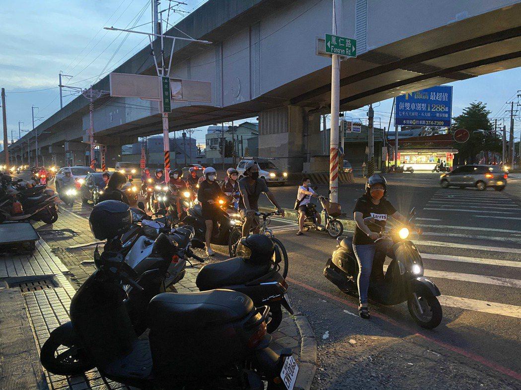 今天停電入夜後,鳳仁路一帶漆黑一片,路上僅有汽、機車下班車流的車燈。記者陳弘逸/...
