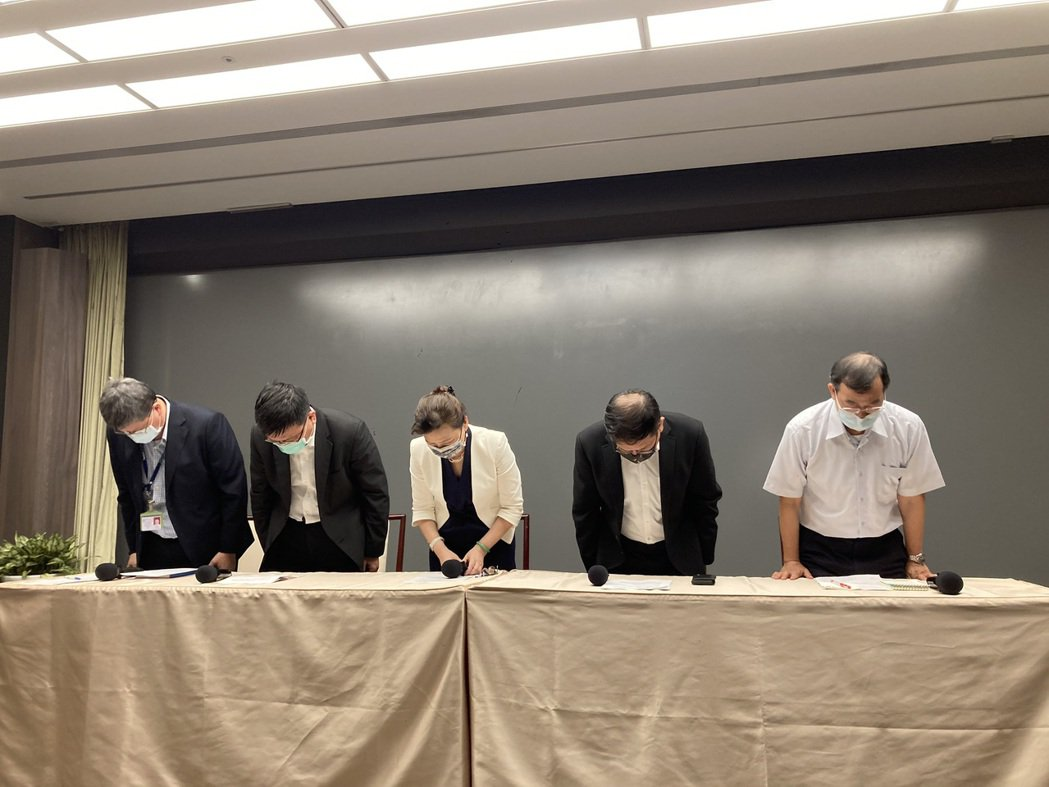 經濟部長王美花率經濟部次長曾文生、台電為513大停電鞠躬道歉。記者黃有容/攝