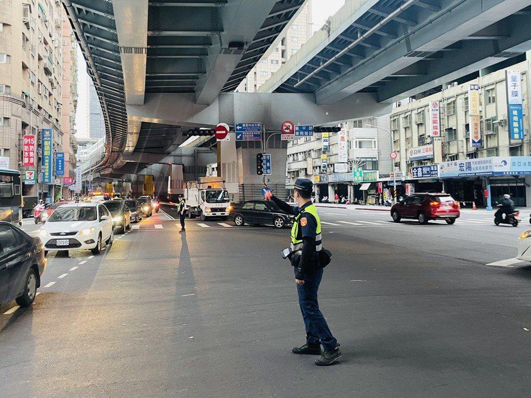 全台大停電,新北市有56處大路口交通號誌不亮,新北市警局緊急調派員警站路口現場指...