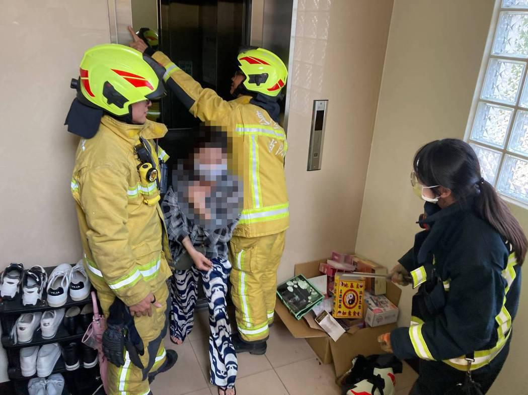 基隆市消防局「119」救災救護指揮中心統計共接獲18起受困電梯求助案件,分別派員...