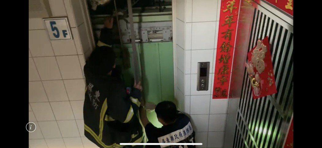 今天下午停電,屏東縣發生10起電梯受困事件,人員都救出。圖/消防局提供