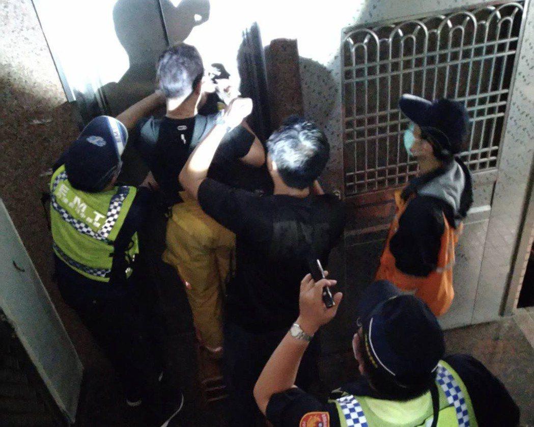 今天下午停電,屏東縣內埔鄉發生4起電梯受困事件,人員都救出。圖/警方提供
