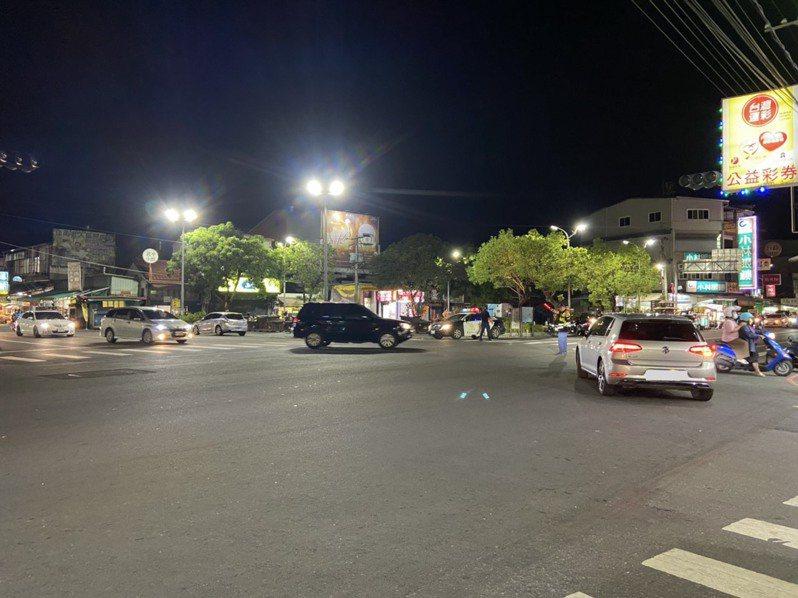 今天下午停電,屏東縣內埔鄉廣濟路與光明路口交通號誌毀損尚未修復,晚間警方仍在現場交管。圖/警方提供