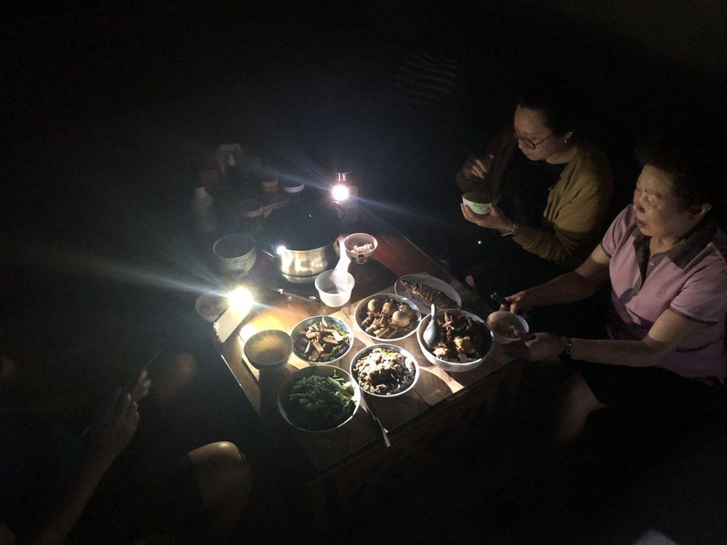 513全台大停電,晚餐時刻電還不來,民眾開啟手機手電筒功能當照明,有些克難。記者...