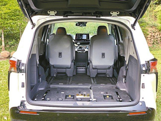 第三排座椅放倒後,可以生出很大的彈性置物空間。圖/陳志光