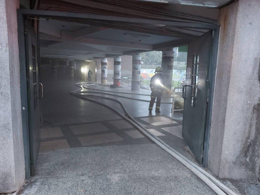 台北市興華國小地下1樓配電室起火燒損電箱,無人傷亡,起火是否與停電有關待釐清。記...