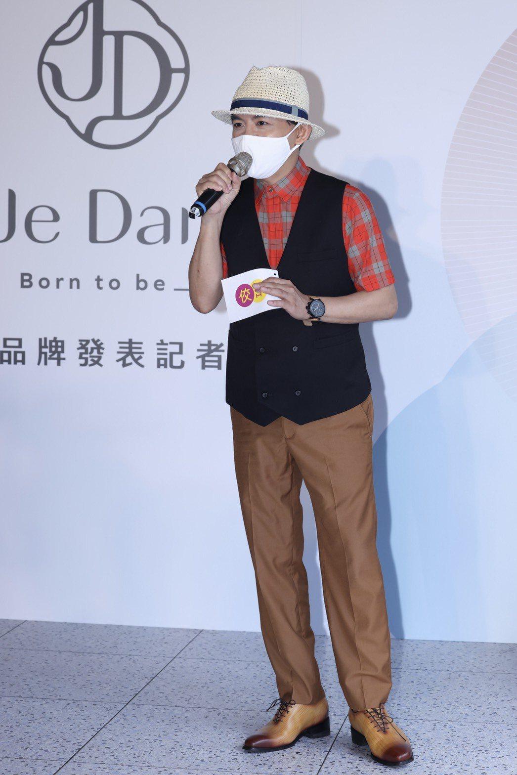 黃子佼今主持李佳薇記者會,全程緊戴口罩做好防疫。記者王聰賢/攝影