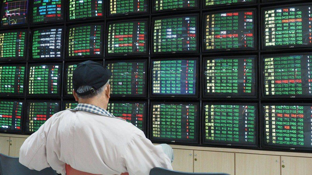 台股三日來重挫1,565點,牽動部分投資人持續殺出,也有投資人逢回搶便宜,零股成...