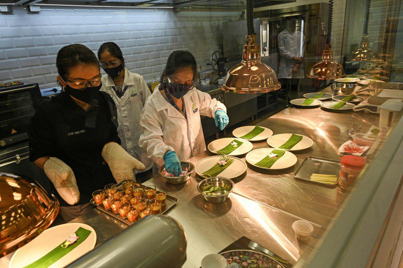 ADM新加坡實驗室研發素食版的亞洲各國美食,以滿足亞洲對「享用美食不殺生」的需求。 法新社